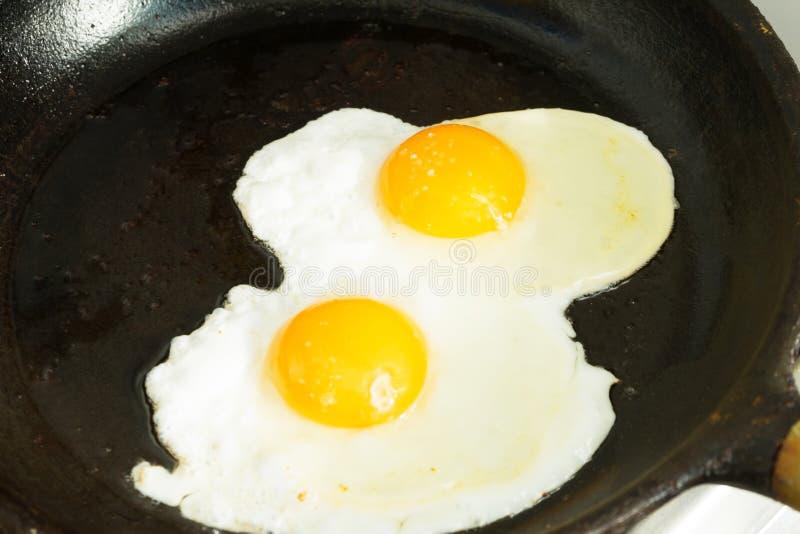 Kilka jajka dla śniadania Smażyli jajka w smaży niecce fotografia stock