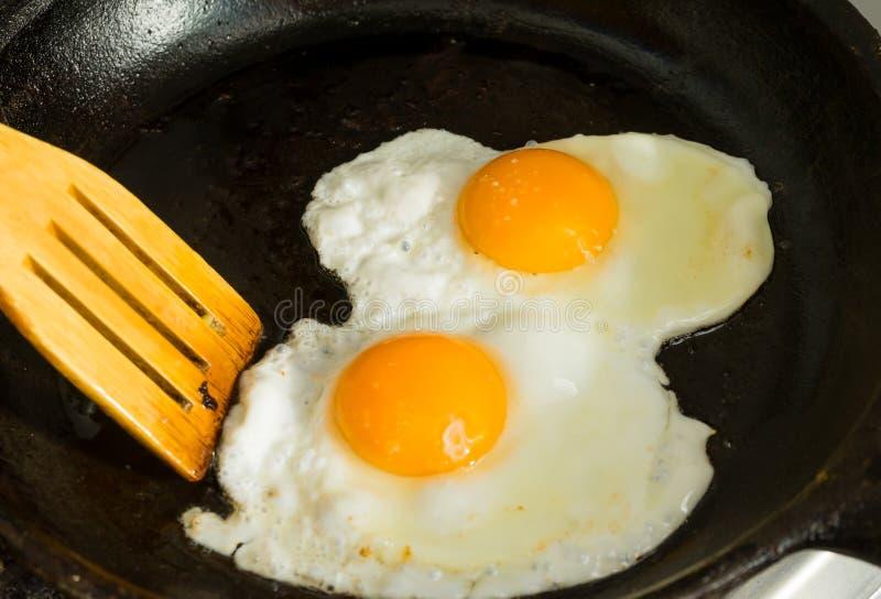 Kilka jajka dla śniadania Smażyli jajka w smaży niecce zdjęcie royalty free