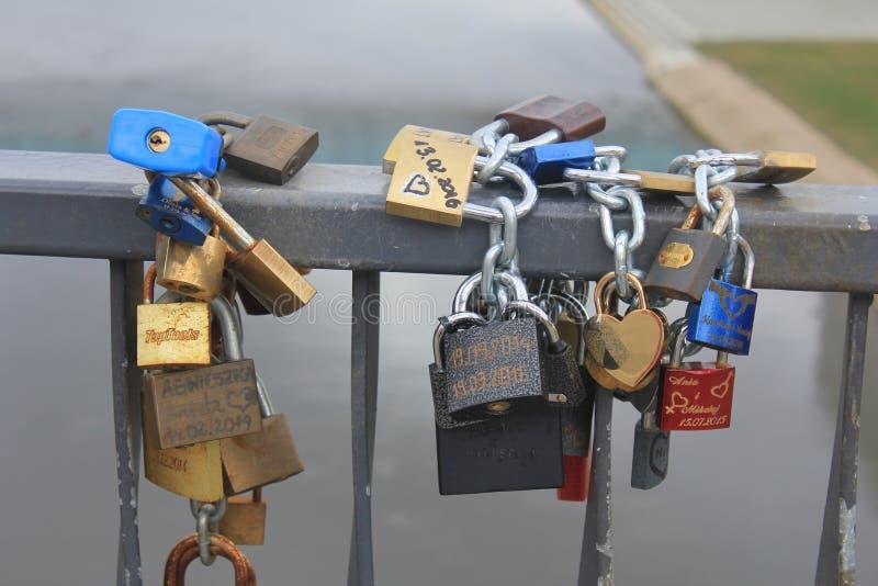 Kilka kędziorki wiesza na ramie most zdjęcie stock