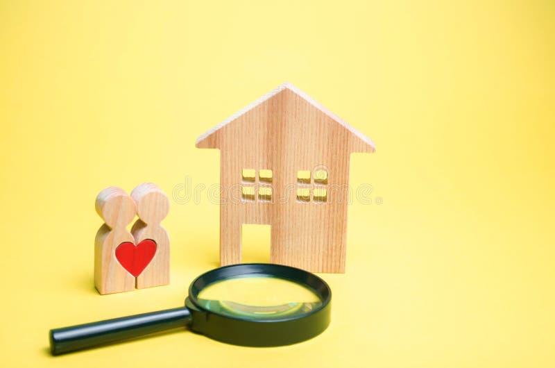 Kilka kochankowie stoją blisko domu i powiększać - szkło Pojęcie znajdować dom lub mieszkanie niedrogi obraz stock