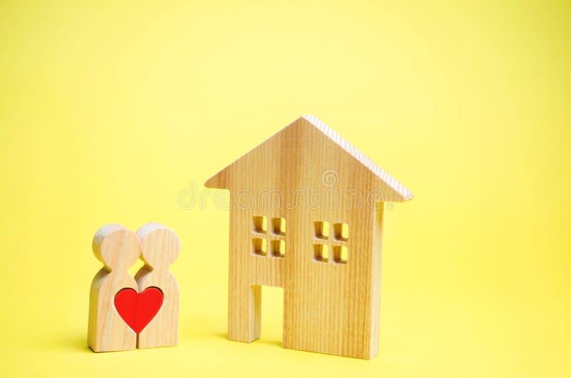 Kilka kochankowie stoją blisko domu Pojęcie znajdować dom lub mieszkanie Niedrogi budynek mieszkalny dla młodych rodzin fotografia stock