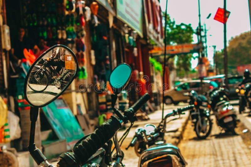 Kilka motocykle parkujący na ulicie w India obrazy stock