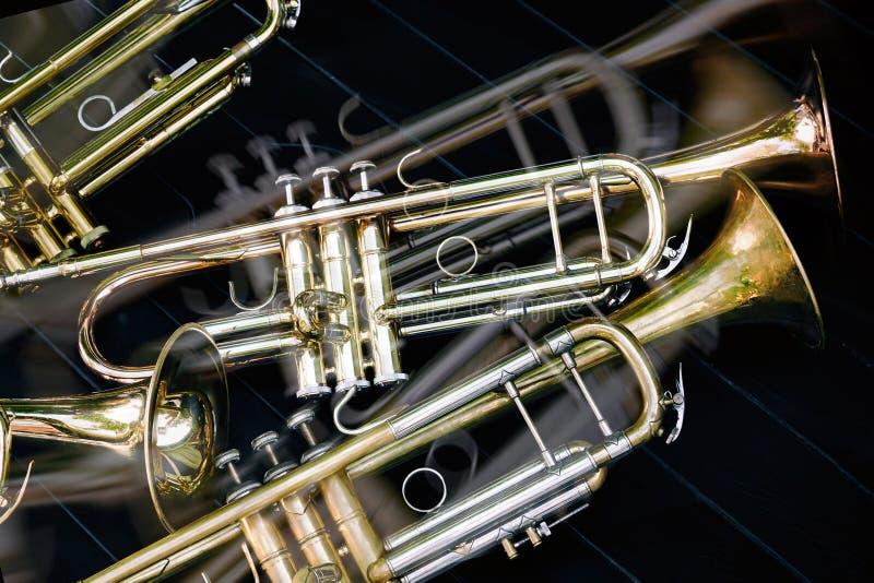 Kilka muzykalnej wiatrowych instrumentów orkiestry złote trąbki zdjęcia royalty free