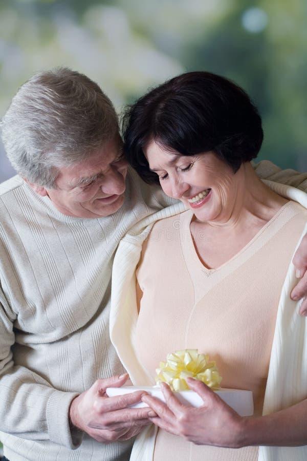 kilka obejmowania starszego giftbox szczęśliwy uśmiech obrazy royalty free