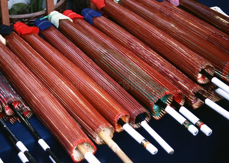 Kilka parasoli Japoński kolorowy drewniany tło zdjęcia stock