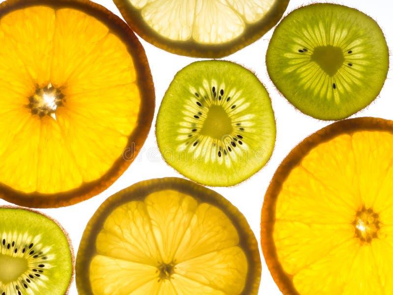 Kilka plasterki cytryna, pomarańcze i kiwifruit, zdjęcie stock