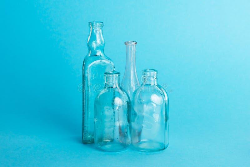 Kilka retro rocznika szklane butelki na błękitnym tle zdjęcia stock