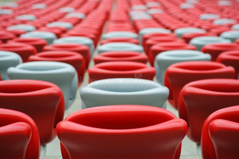 Kilka rzędy czerwoni i biali stadiów siedzenia fotografia royalty free