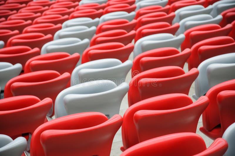 Kilka rzędy czerwoni i biali stadiów siedzenia zdjęcie stock
