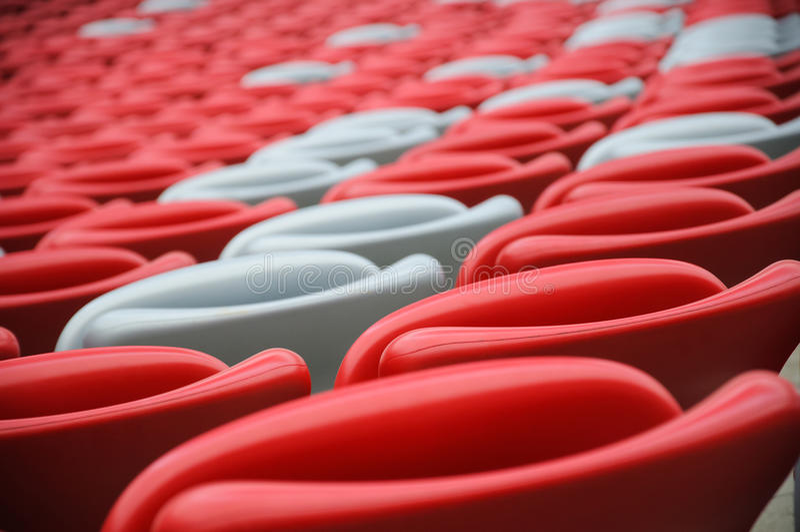 Kilka rzędy czerwoni i biali stadiów siedzenia obraz stock