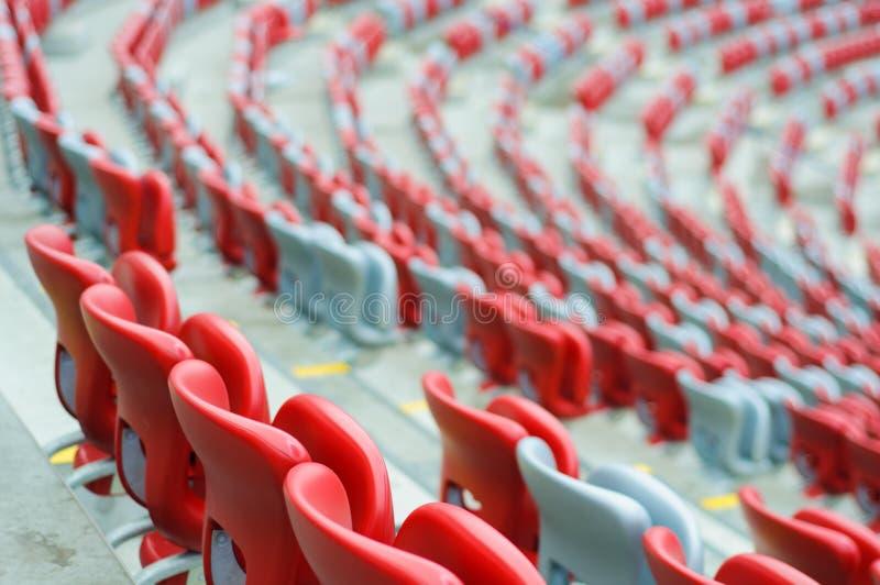 Kilka rzędy czerwoni i biali stadiów siedzenia fotografia stock