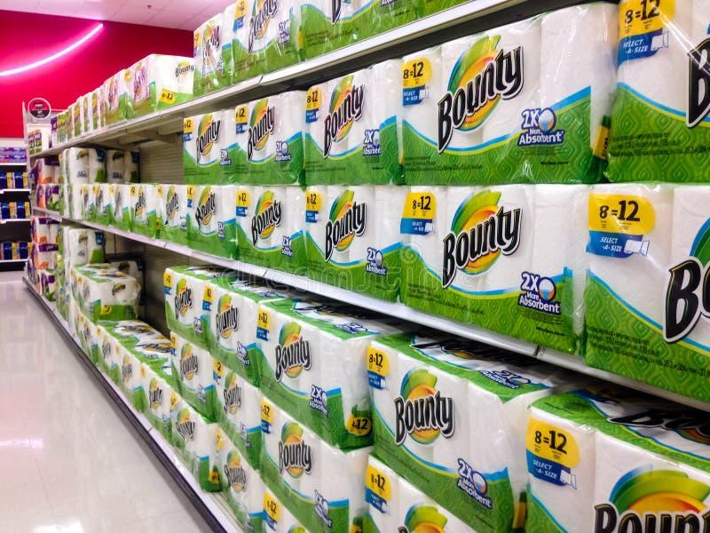 Kilka rzędy nagroda papierowi ręczniki w sklepie zdjęcie stock