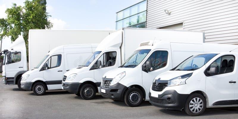 Kilka samochodów samochodów dostawczych ciężarówki parkować w parking dla czynszu zdjęcia royalty free