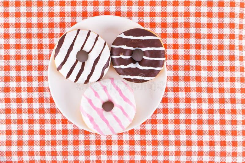 Kilka smakowici pączki na talerzu zdjęcie stock