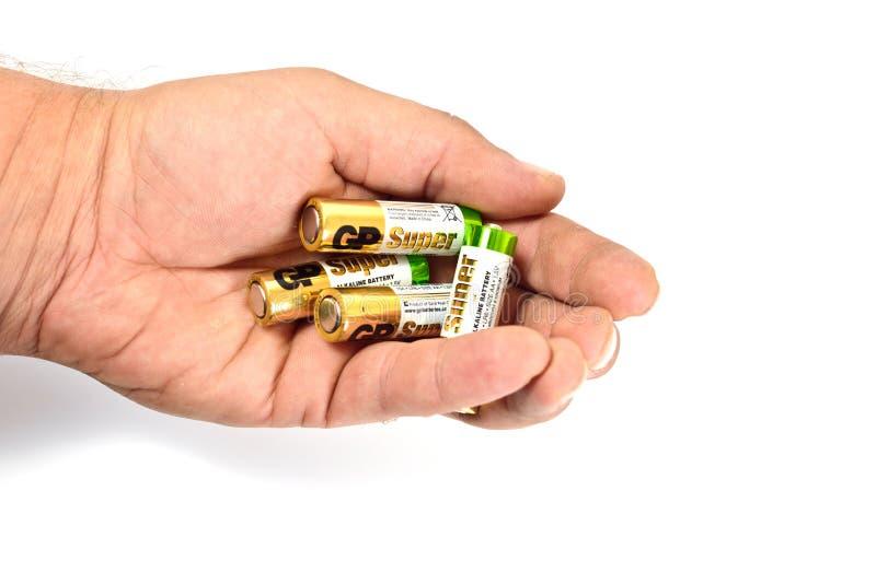 Kilka spędzonego koloru alkaliczne baterie na białym tle fotografia royalty free