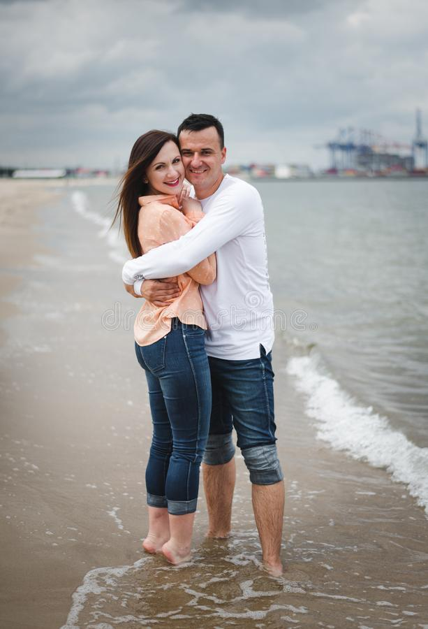 kilka spacer na pla?y Mężczyzna i kobieta na piasku obrazy stock