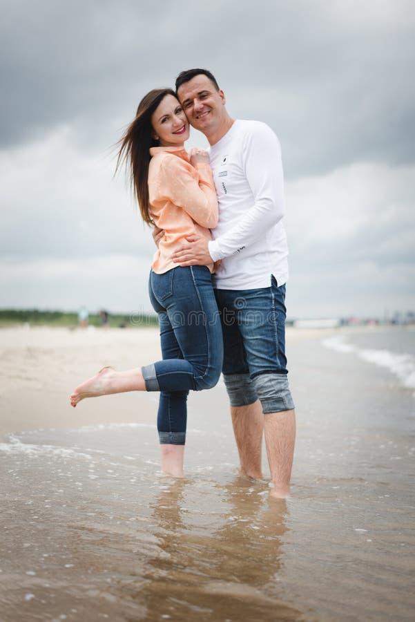 kilka spacer na pla?y Mężczyzna i kobieta na piasku zdjęcie stock