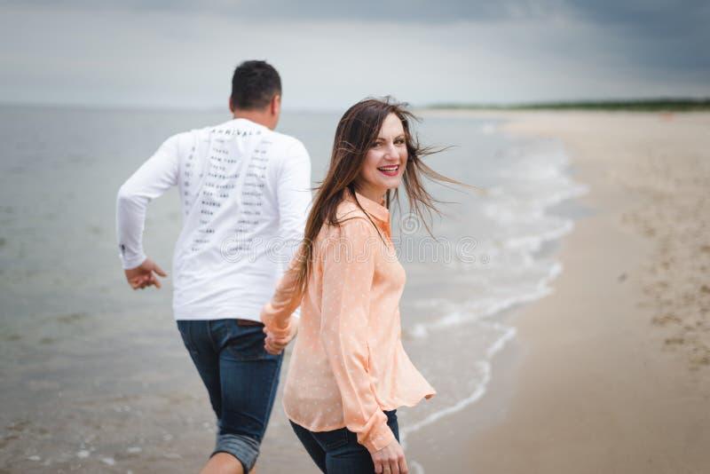 kilka spacer na pla?y Mężczyzna i kobieta na piasku zdjęcia royalty free