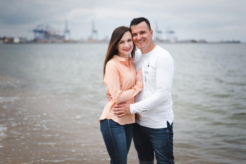 kilka spacer na pla?y Mężczyzna i kobieta na piasku fotografia royalty free