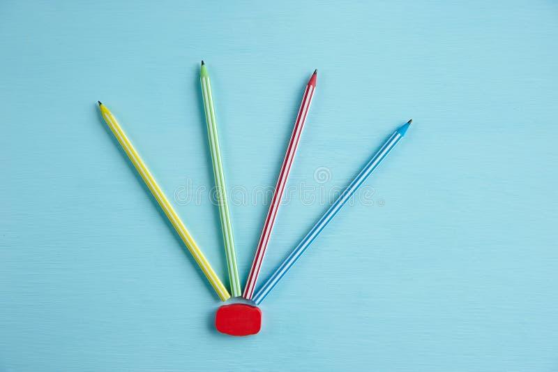 Kilka stubarwni ołówki na błękitnym tle fotografia stock