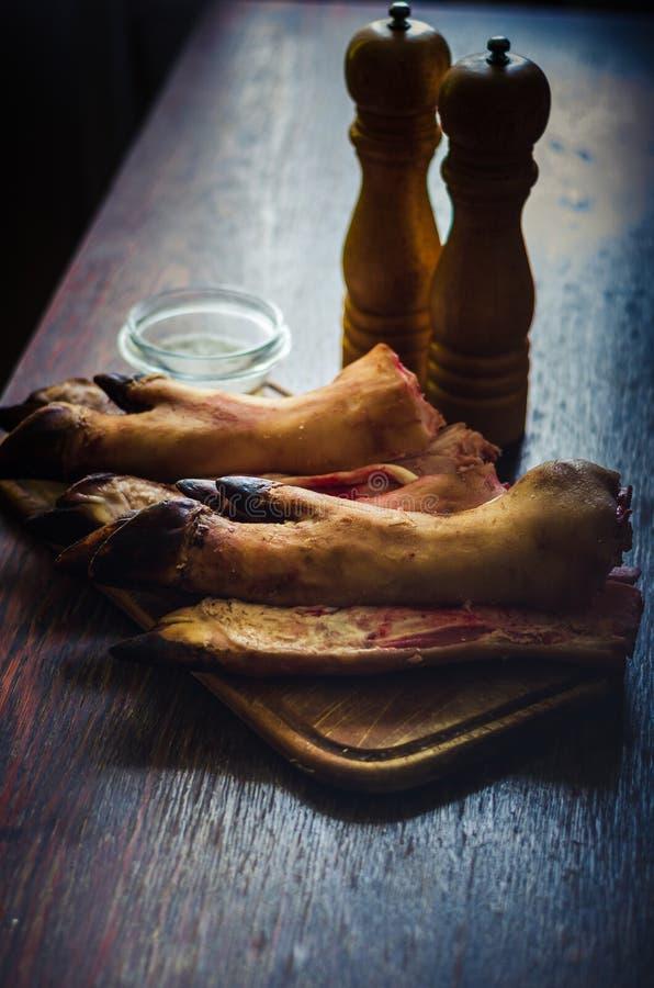 Kilka Surowa wieprzowina Iść na piechotę na kuchennym stole zdjęcia royalty free