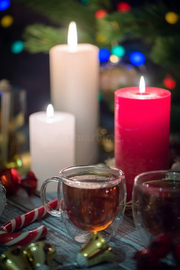 Kilka szklane filiżanki herbata i Wciąż życie skład z christmass dekoracją na nieociosanym tle 3 obraz stock