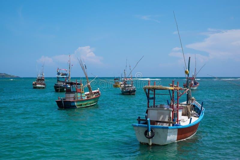 Kilka tradycyjne lokalne łodzie łapać ryba w Weligama zatoce fotografia stock