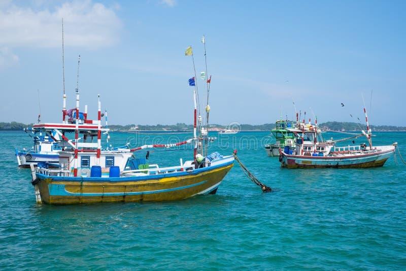 Kilka tradycyjne lokalne łodzie łapać ryba w Weligama zatoce zdjęcia royalty free