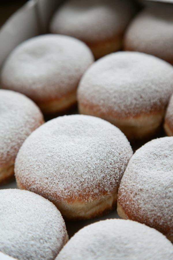 Kilka tradycyjni niemieccy donuts z sproszkowanym cukierem i pieluchą na wierzchołku Odgórny widok Dobry jedzenie, dobry nastrój fotografia stock