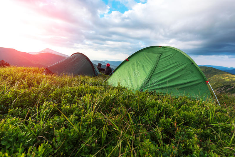 Kilka turystyczni siedzący pobliscy one namiot obrazy stock