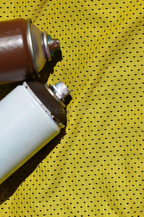 Kilka używać aerosolowe farb natryskownicy kłamają na sport koszula gracz koszykówki robić poliestrowa tkanina Pojęcie młodość obraz stock