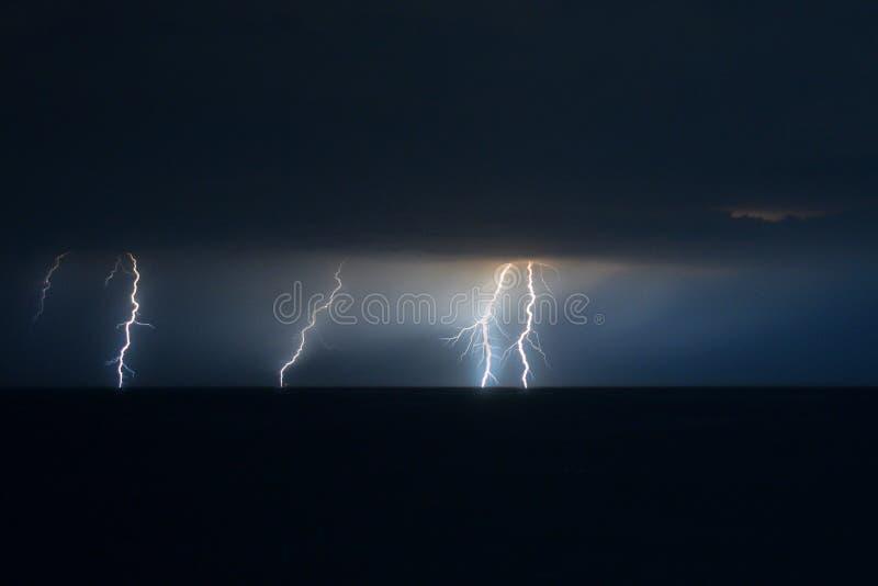 Kilka uderzenie pioruna nad Adriatyckim morzem obok siebie zdjęcia royalty free