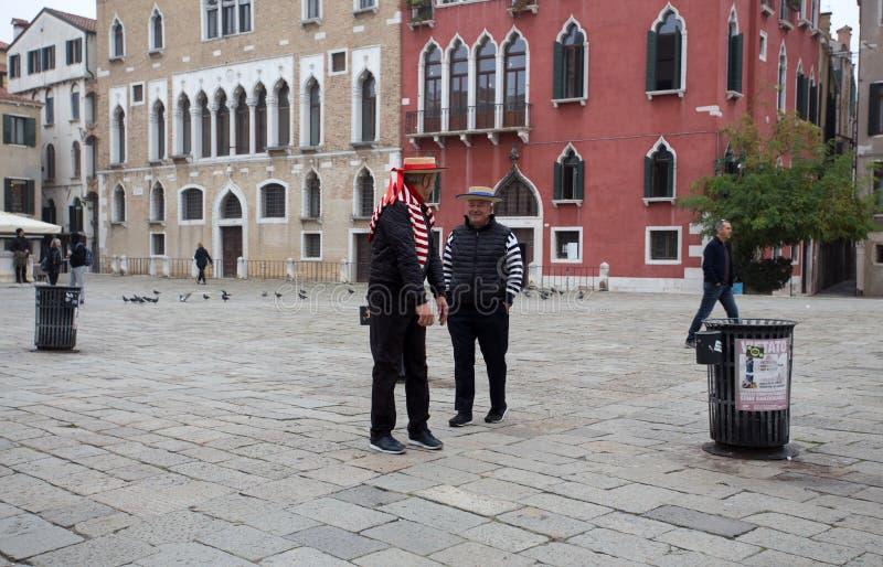 Kilka Wenecja ` s gondoliery z ich typowymi sukniami, Wenecja Venezia, Włochy fotografia stock