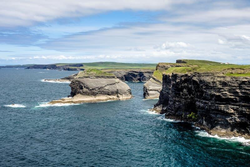 Kilkee峭壁在Co.克莱尔,爱尔兰的 在Ballyvaughan, Co.Clare,爱尔兰附近的大西洋海岸线 半岛在西部克莱尔,爱尔兰 免版税库存图片