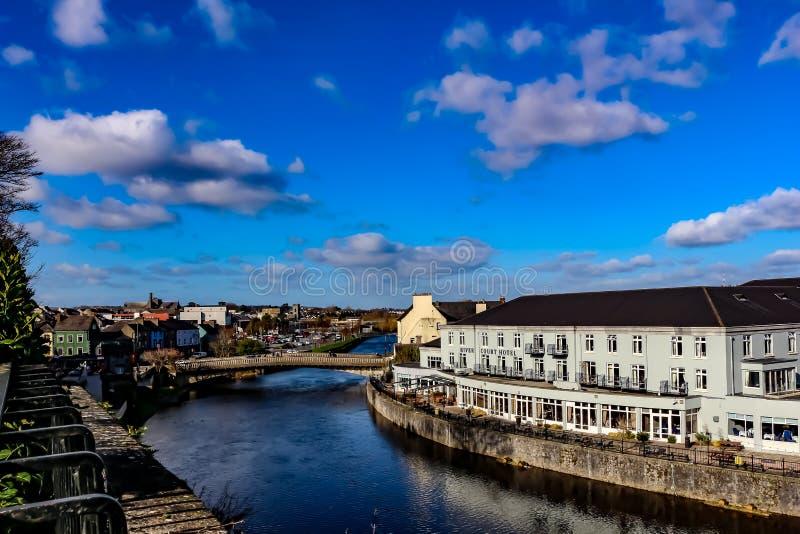 Kilkenny κάστρο στον ποταμό Nore στην Ιρλανδία με το νεφελώδη ουρανό στοκ φωτογραφία με δικαίωμα ελεύθερης χρήσης