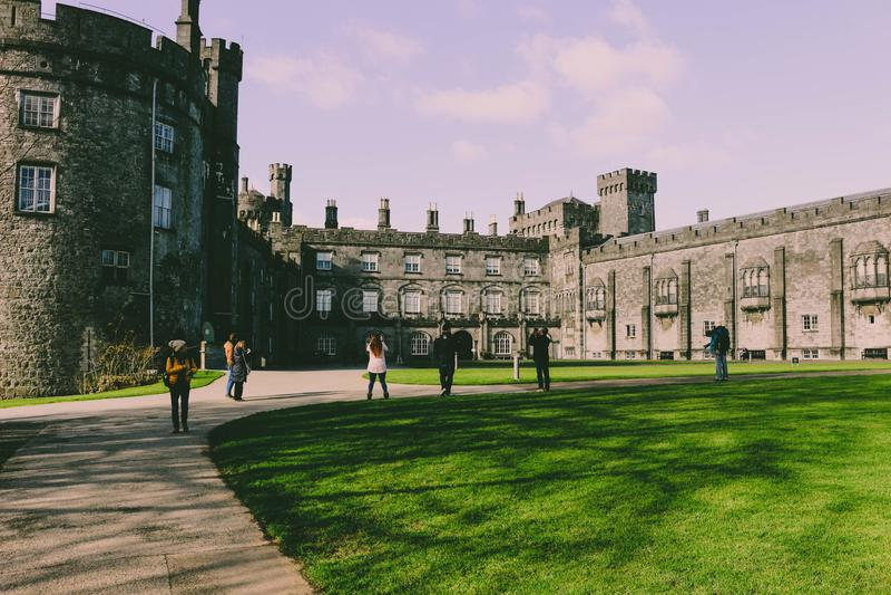 Kilkenny Castle Ιστορικό ορόσημο στην πόλη Kilkenny στο IR στοκ φωτογραφίες με δικαίωμα ελεύθερης χρήσης