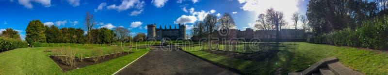 Kilkenny Castle και κήποι το βράδυ r στοκ φωτογραφία