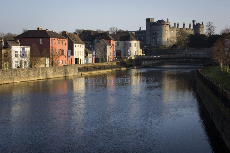Kilkenny slott från floden royaltyfri foto