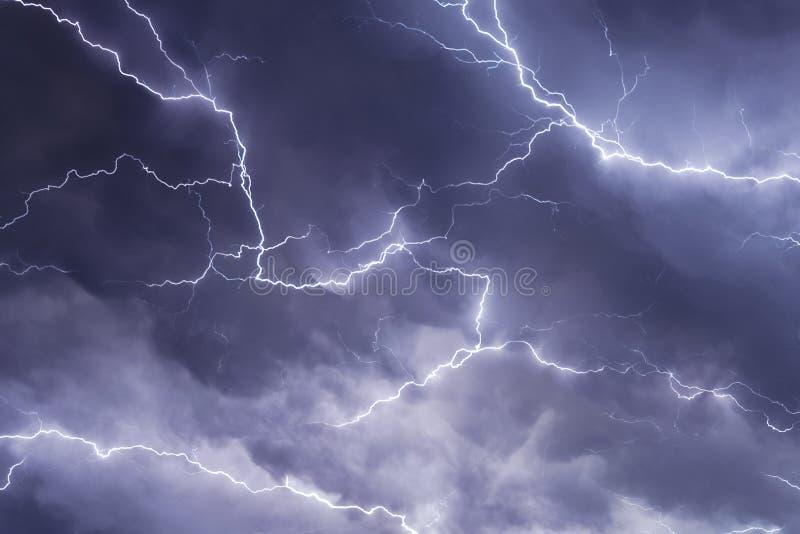 Kilkuramienny błyskawicowy rygiel czołgać się przez powietrza podczas surowej burzy w Nebraska obraz stock