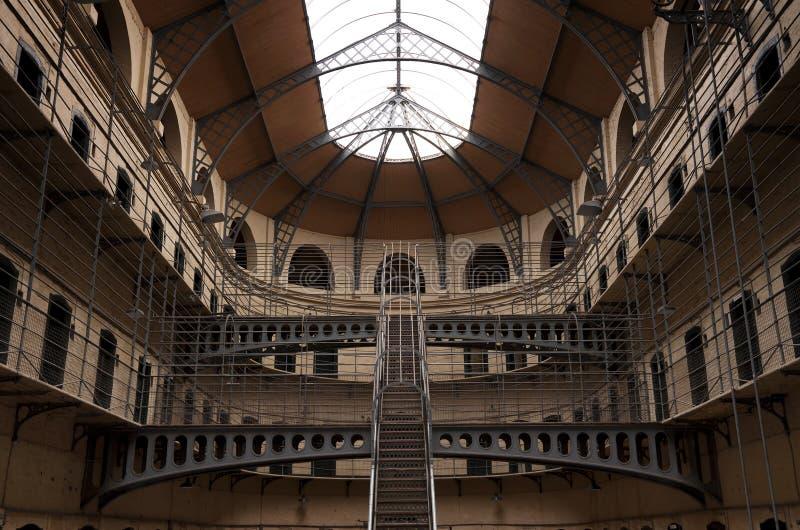 Kilmainham Gaol met Gevangeniscellen in Dublin stock afbeeldingen