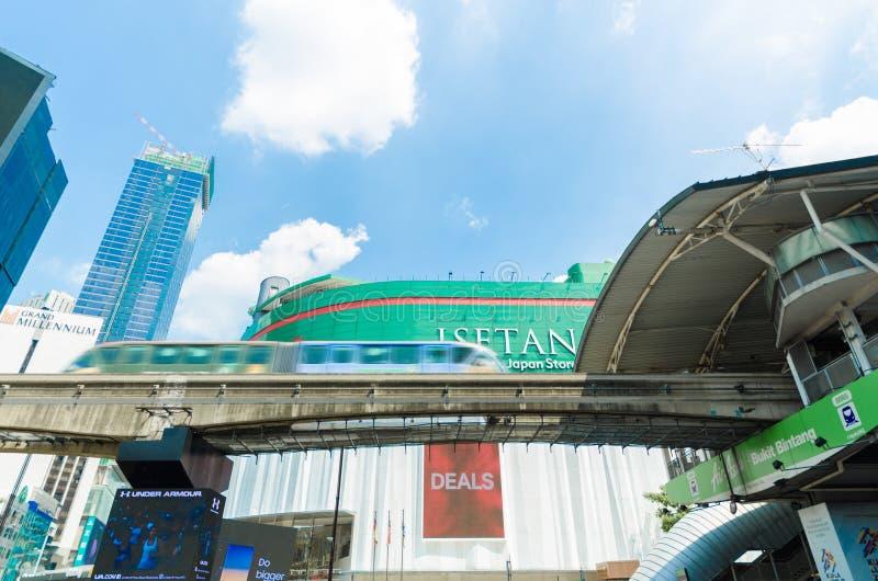 Kiloliter-Einschienenbahn, die ankommt, um Bukit Bintang zu stationieren, der direkt vor Los 10 Kuala Lumpur Malaysia Shopping Ce stockfoto