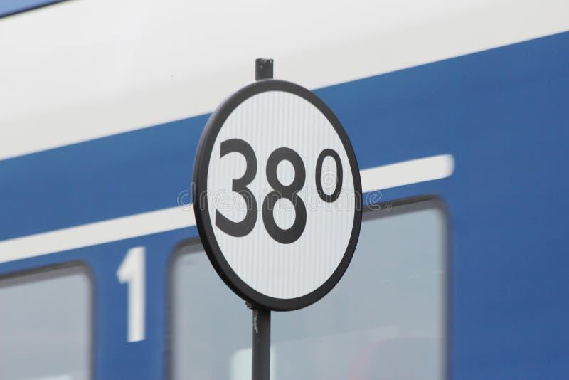 Kilometrowej odległości znak koleje w holandiach przy Nieuwerkerk aan meliną Ijssel z pociągiem na backgound obraz royalty free
