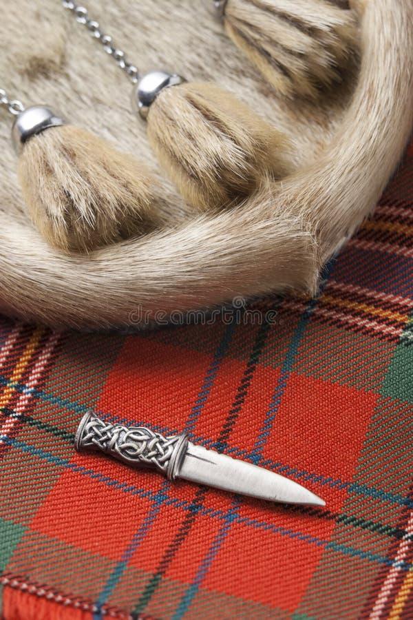 Kilt-Stift und mit Fell besetzte Tasche stockbild