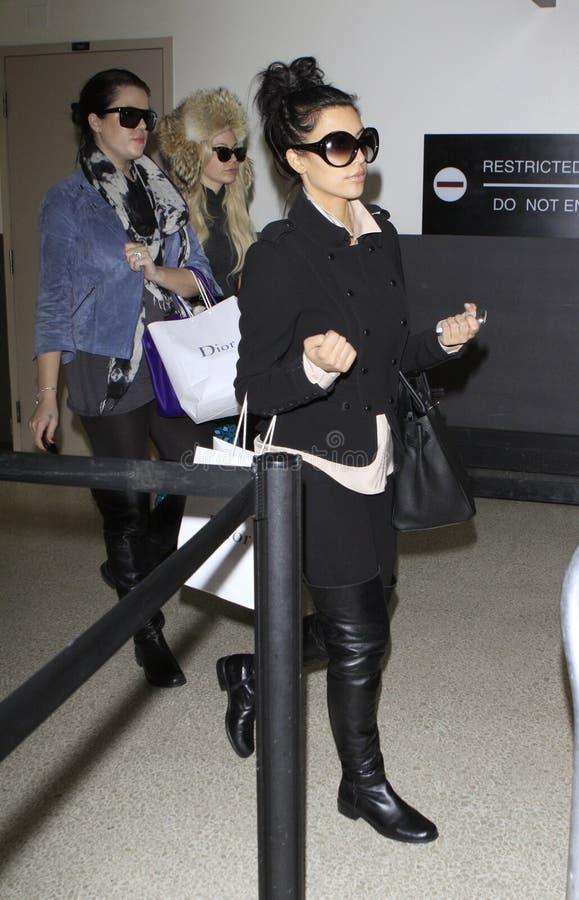 Kim et Khloe Kardashian sont vus chez LAX image stock