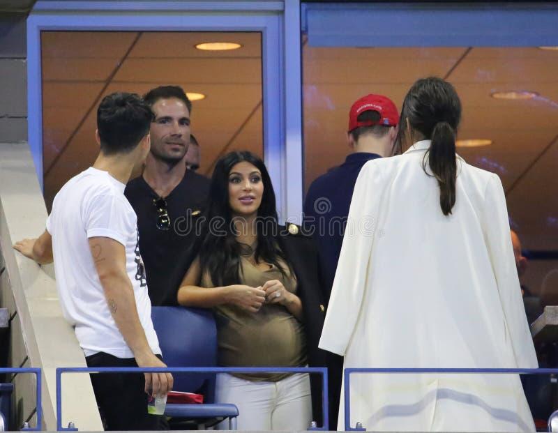 Kim Kardashian assiste à la correspondance 2015 de tennis d'US Open entre Serena et Venus Williams photographie stock
