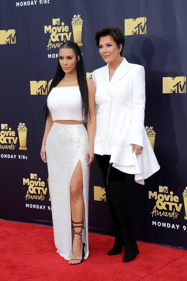 Kim Kardashian e Kris Jenner fotos de stock royalty free