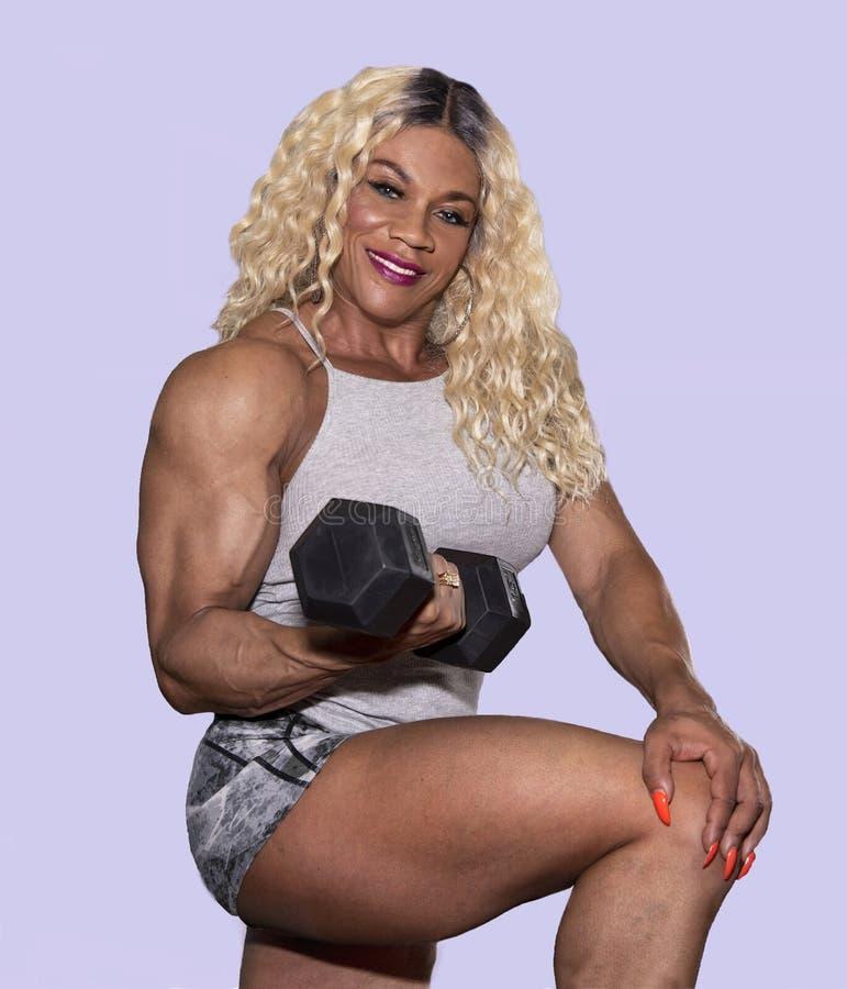 Kim samiec, Wabije kobiety Bodybuilder Robi Barbell kędziorowi obrazy royalty free