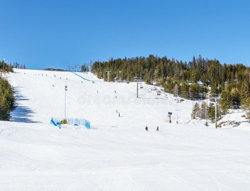 KIMBERLEY, ΚΑΝΑΔΑΣ - 22 ΜΑΡΤΊΟΥ 2019: Πρόωρο να κάνει σκι ανθρώπων άνοιξη άποψης θερέτρου βουνών στοκ φωτογραφία με δικαίωμα ελεύθερης χρήσης