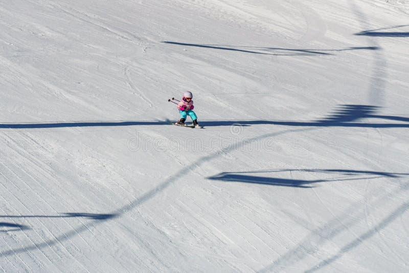 KIMBERLEY, ΚΑΝΑΔΑΣ - 22 ΜΑΡΤΊΟΥ 2019: Πρόωρο να κάνει σκι παιδιών άνοιξη άποψης θερέτρου βουνών στοκ εικόνες