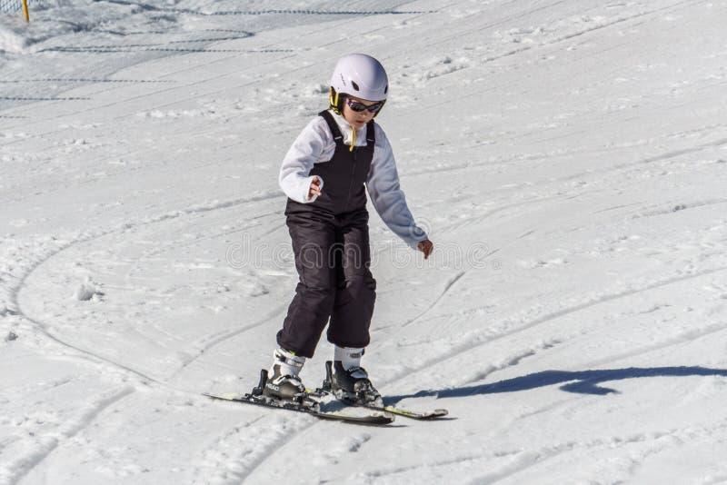 KIMBERLEY, ΚΑΝΑΔΑΣ - 22 ΜΑΡΤΊΟΥ 2019: Πρόωρο να κάνει σκι παιδιών άνοιξη άποψης θερέτρου βουνών στοκ φωτογραφία με δικαίωμα ελεύθερης χρήσης